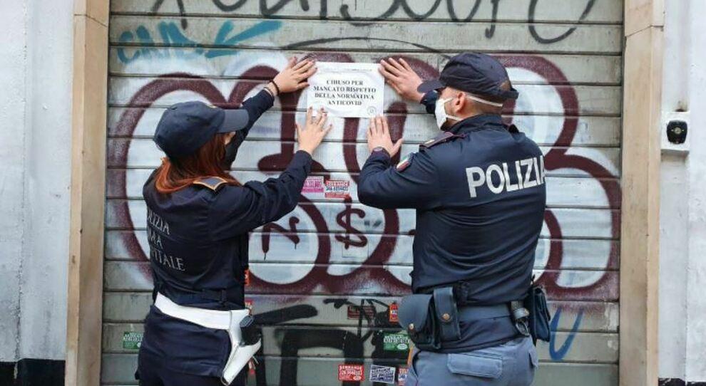 Roma Esquilino, dodici persone in trenta metri quadrati: chiuso un parrucchiere