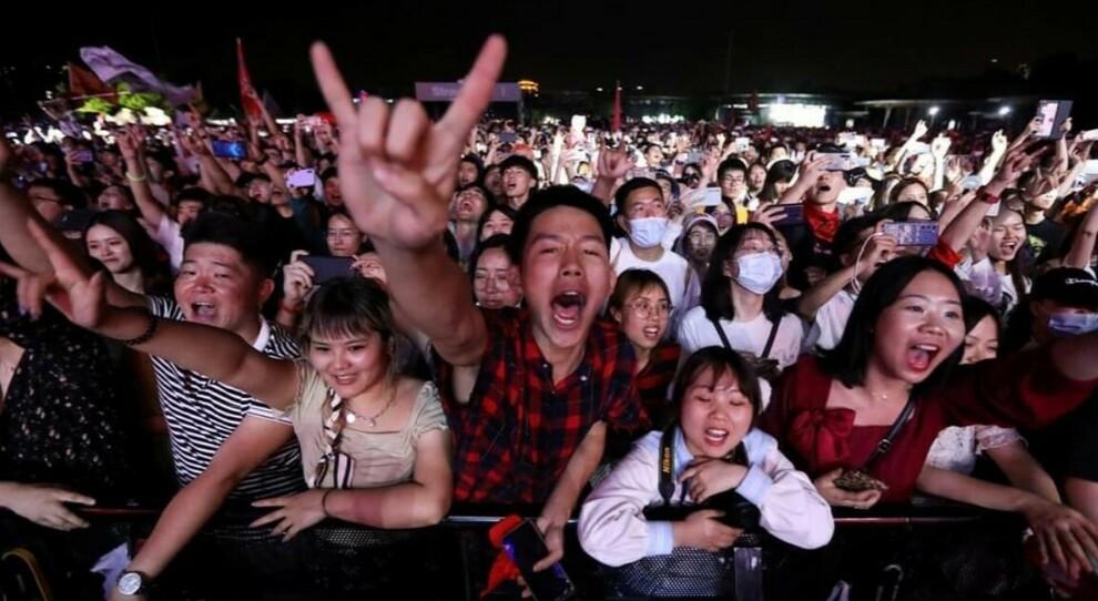Wuhan, in 11.000 al concerto senza mascherine né distanziamenti: «Il virus è finito, ma quanti sforzi per essere qui»