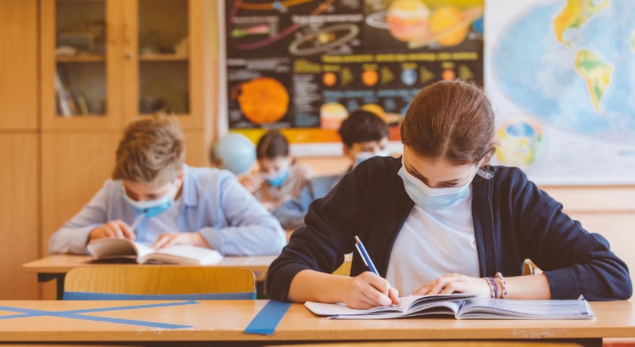 Scuola, Luigi Berlinguer: «Immunizzare anche tutti gli alunni per tornare in classe in sicurezza»