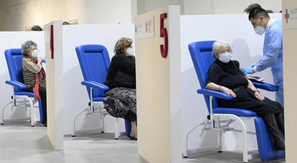 Vaccini, il sito in tilt e nuovi tagli sulle dosi