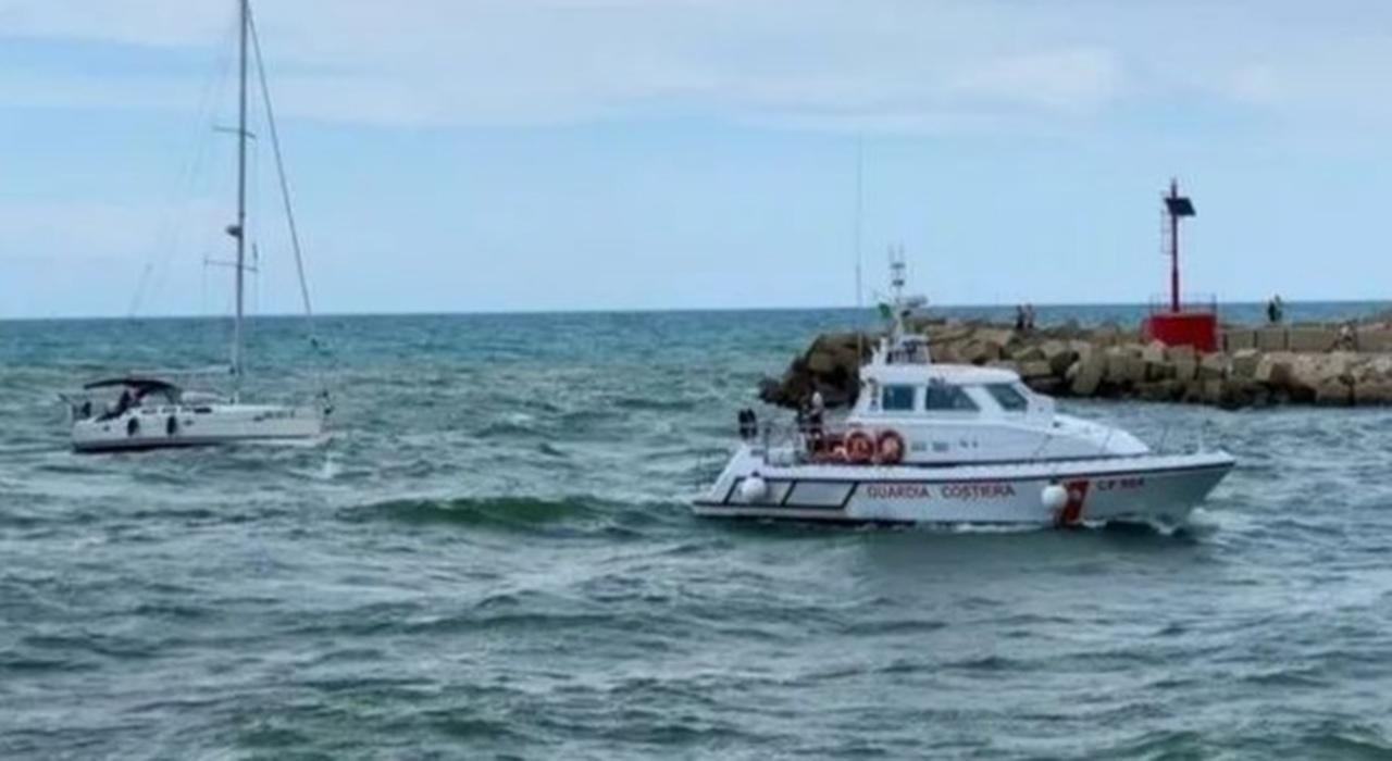 Barca a vela in avaria per salvare un surfista: donna colta da malore