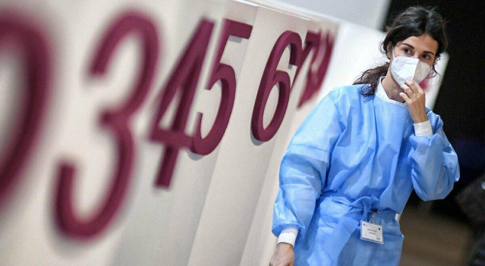 Vaccino, le somministrazioni rallentano: «Viaggiamo al 50%». Le Regioni: poche fiale