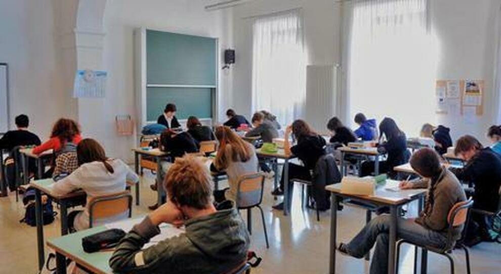 Nuovo dpcm, da domani misure anti Covid nelle scuole e tamponi all'ingresso in Italia