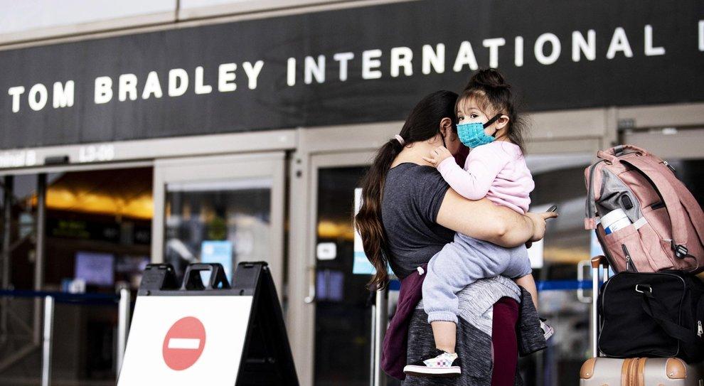 Covid, Italia, contagi al minimo, Il Nyt: «La Ue vuole lo stop ai voli dagli Stati Uniti»