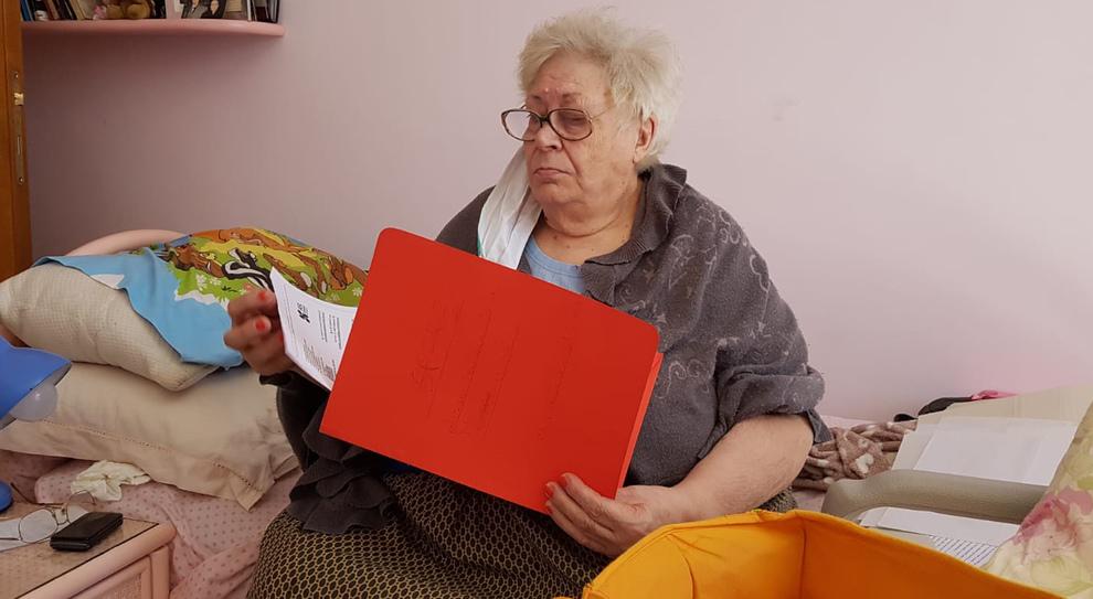 Luisa prigioniera in casa dei suoi 150 chili: «Non posso uscire». Alloggio popolare bloccato da 4 anni