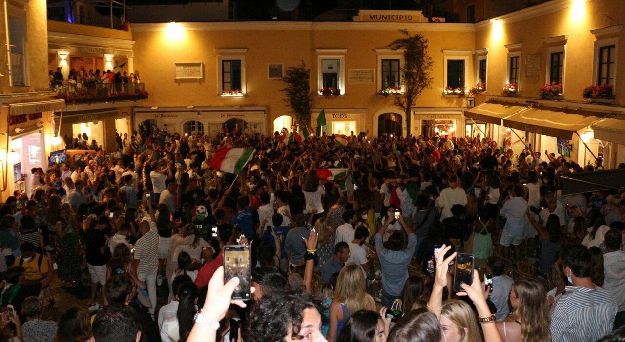 I festeggiamenti nella piazzetta di Capri