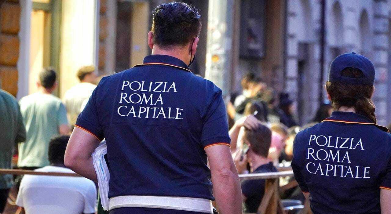Green pass, vigili urbani di Roma lo boicottano: «Non faremo multe». Messaggio choc, regole paragonate al nazismo