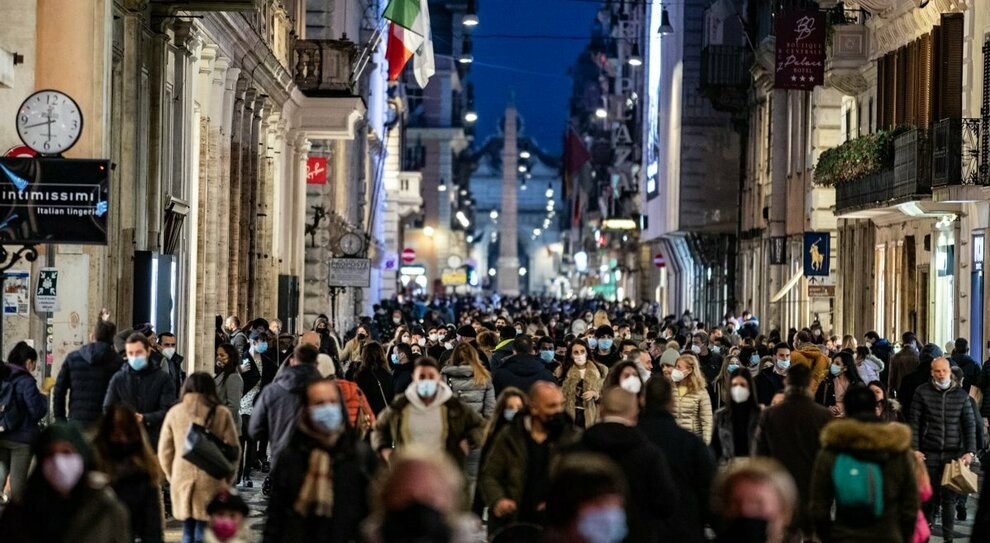 Zona gialla domani, ma folla a Milano, Roma e Napoli. Miozzo: «Curva può riesplodere». Friuli: consumare lontano dai bar