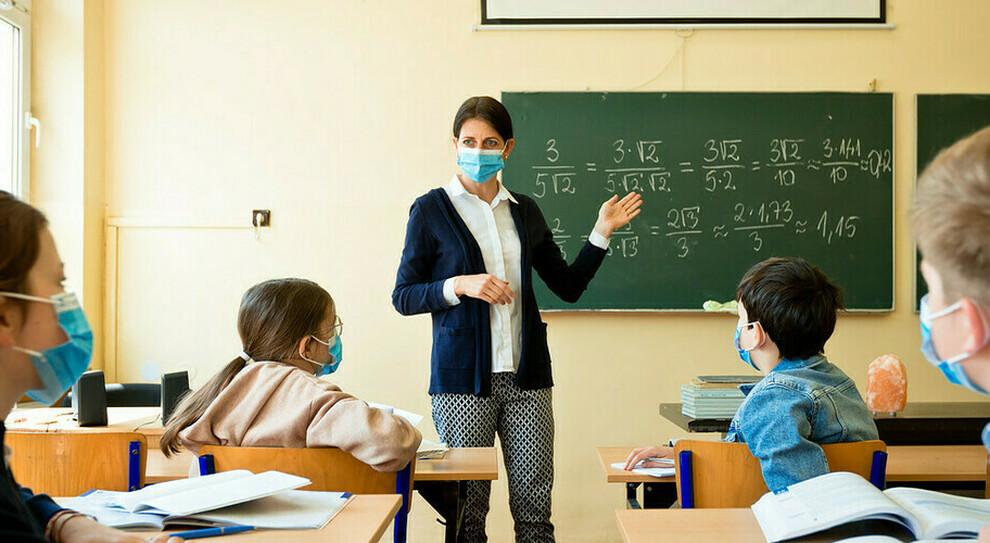 Doppia mascherina a scuola contro la variante inglese. I presidi: «Protezione durante le lezioni»