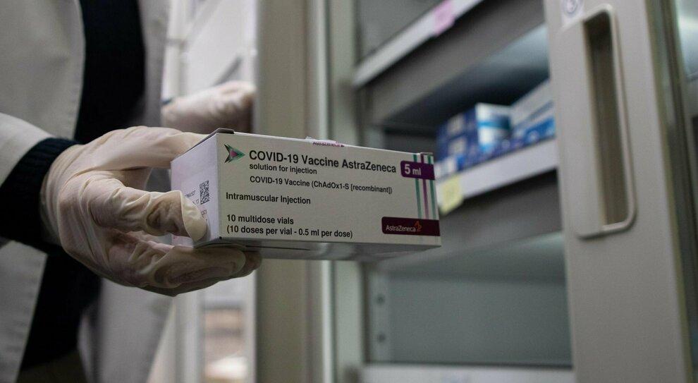 Differenze vaccini Pfizer, AstraZeneca e Moderna: efficacia, effetti collaterali, richiamo
