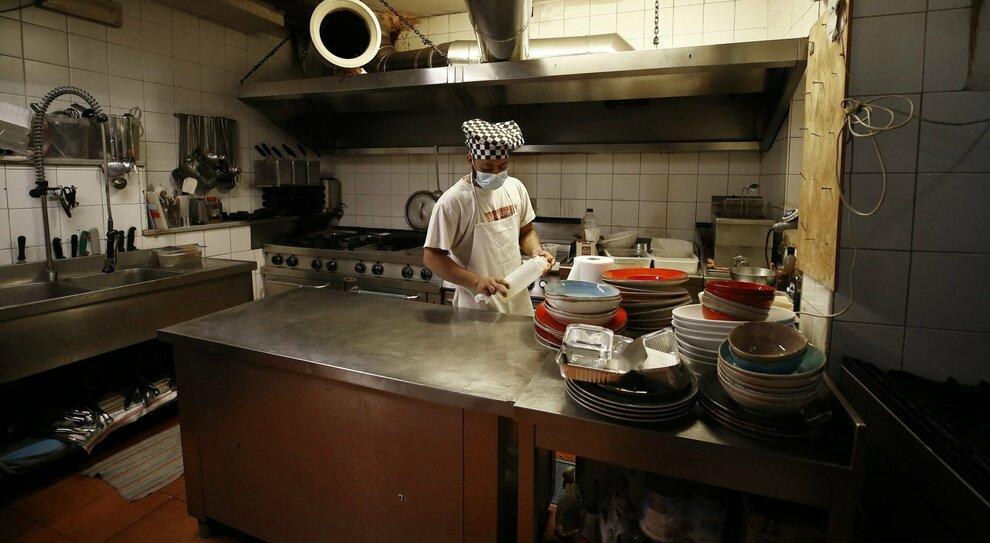 Decreto Draghi nuovo: se caleranno i contagi ristoranti e bar aperti. Scuole, alt alle Regioni