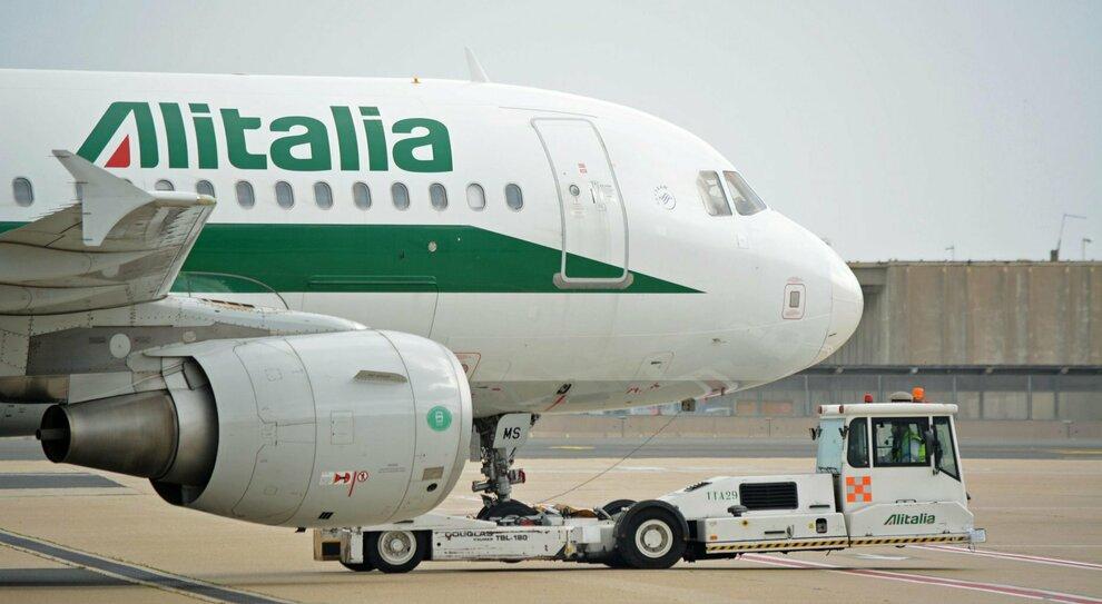 Alitalia nel caos: ai dipendenti stipendio dimezzato