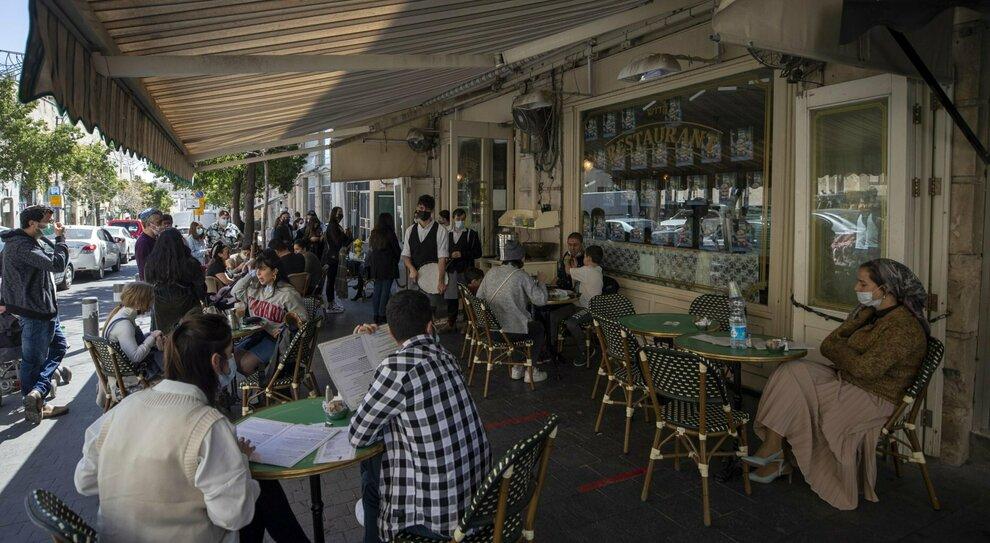 Israele fuori dall'incubo Covid: con il green pass riaprono ristoranti, palestre e stadi