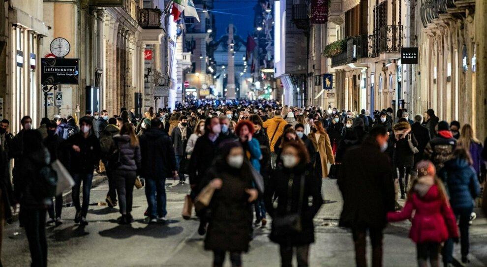 Zona gialla, assembramenti nelle città. «Doppia mascherina per affrontare la folla»