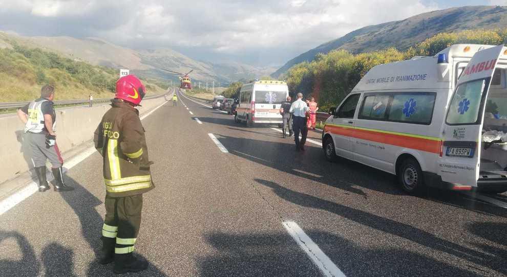 Schianto in autostrada, feriti e traffico in tilt