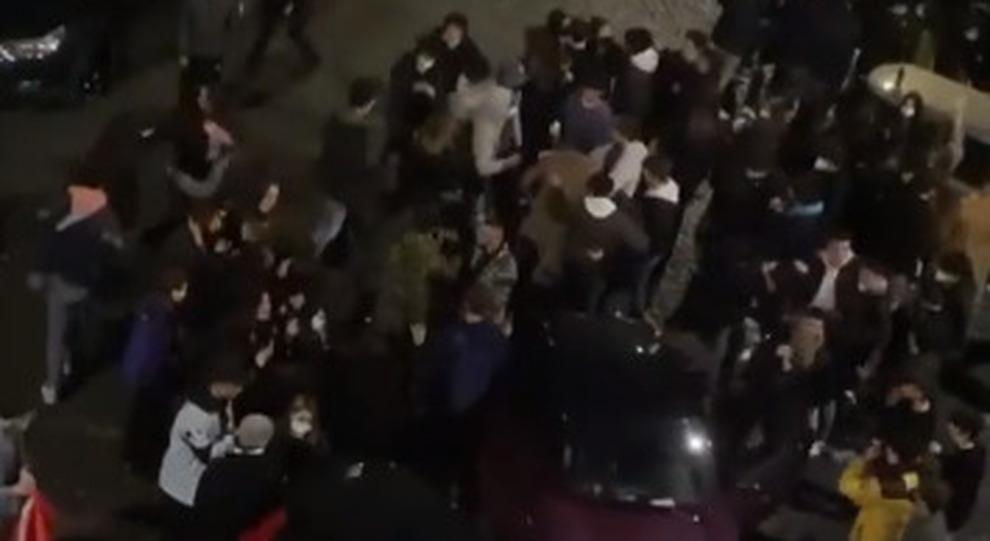 Roma, mega raduno a piazza Fiume, ragazzi ballano in strada (senza mascherine): «Bravi così ci richiudono subito»