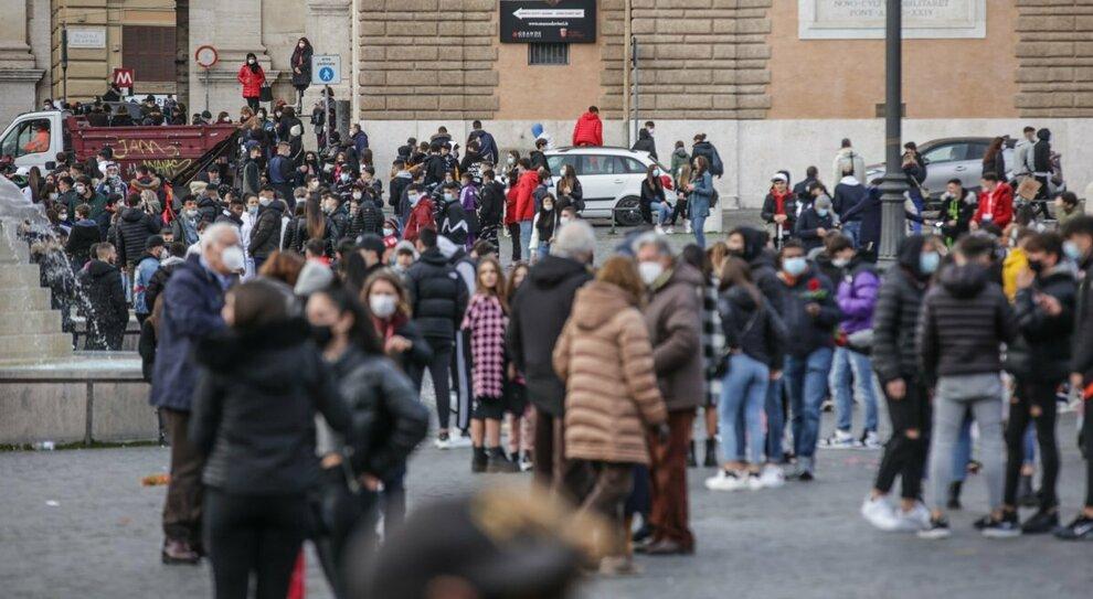 Roma, assembramenti in piazza del Popolo: «Rischio zona rossa»