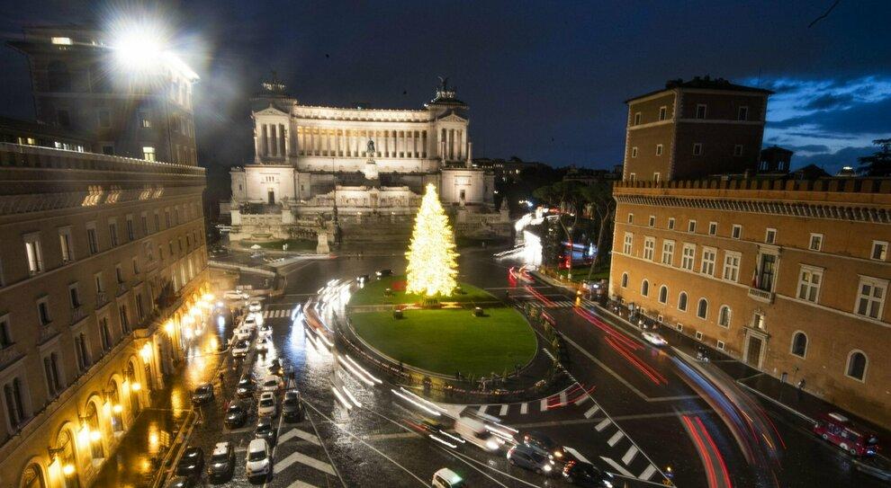 Spostamenti tra Comuni a Natale, Speranza frena: «Peggio dell'estate». Scontro con Conte