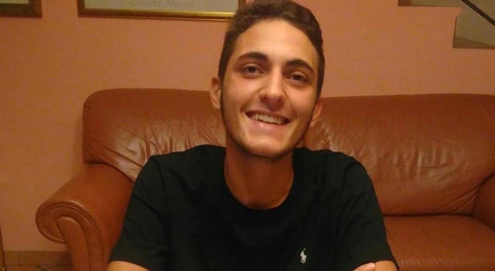 Morte di Valerio, riaperte le indagini e nessun funerale. Il padre: «Non mi rassegno, una torta per i suoi 18 anni»