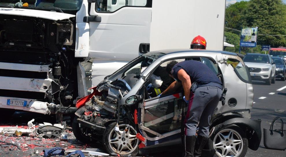 Incidente mortale in Smart, nell'auto delle due donne trovati gioielli, cacciavite e tenaglie