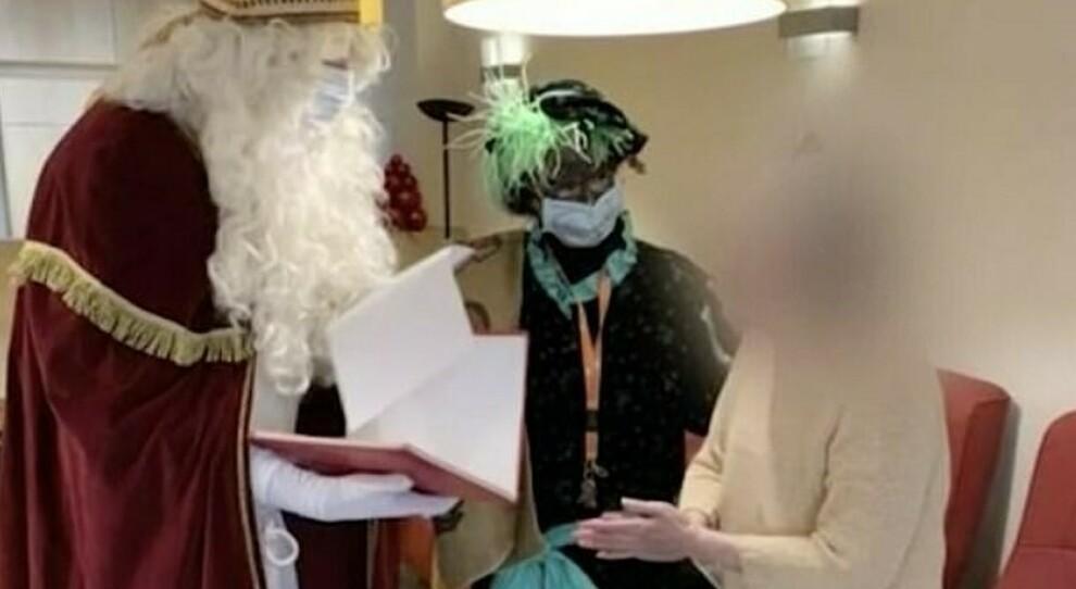 Babbo Natale nella Rsa per consolare gli anziani, ma era positivo: «Morti 18 pazienti e 75 contagiati»