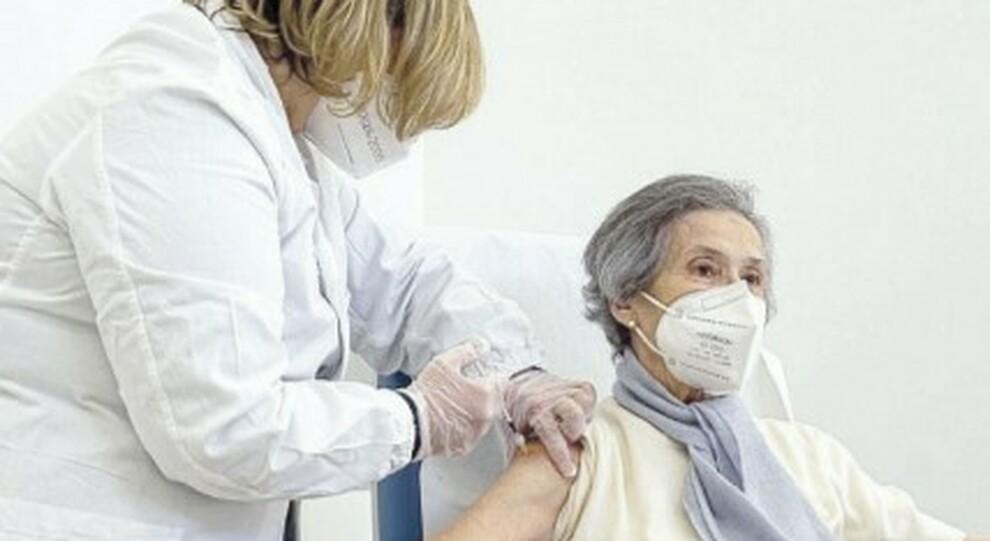 Vaccini a Roma, oggi si parte con gli oncologici. Over 70, domande dal 5 marzo