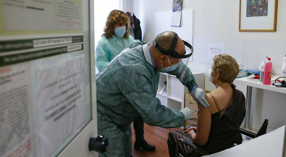 Vaccino Lazio, via alle prenotazioni per gli over 70: si parte il 10 marzo, ecco il calendario