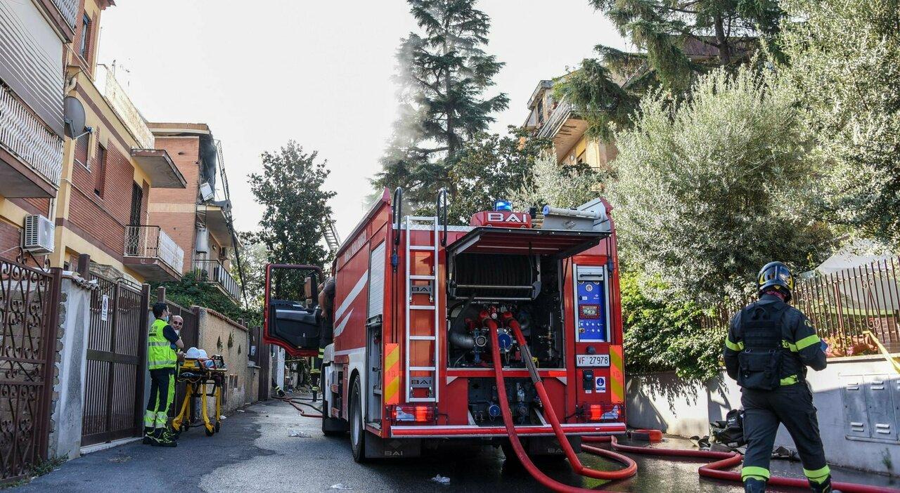 I pompieri al lavoro ieri mattina in via Atteone a Torre Angela