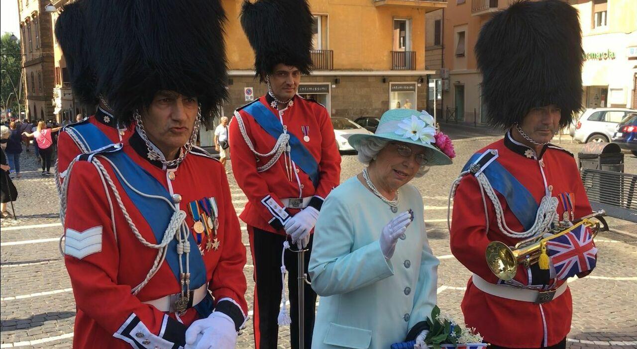 La sosia della Regina d'Inghiletrra nelle vie del centro di Frascati ai Castelli Romani