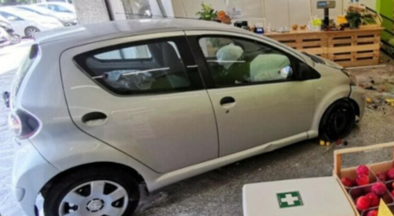 L'auto entrata nel negozio di ortofrutta a Pescara