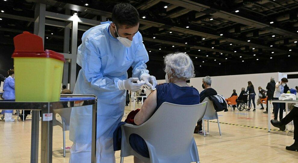 Vaccini Lazio, triplicate le dosi giornaliere dai medici di base. I farmacisti: disponibili ad usare Pfizer