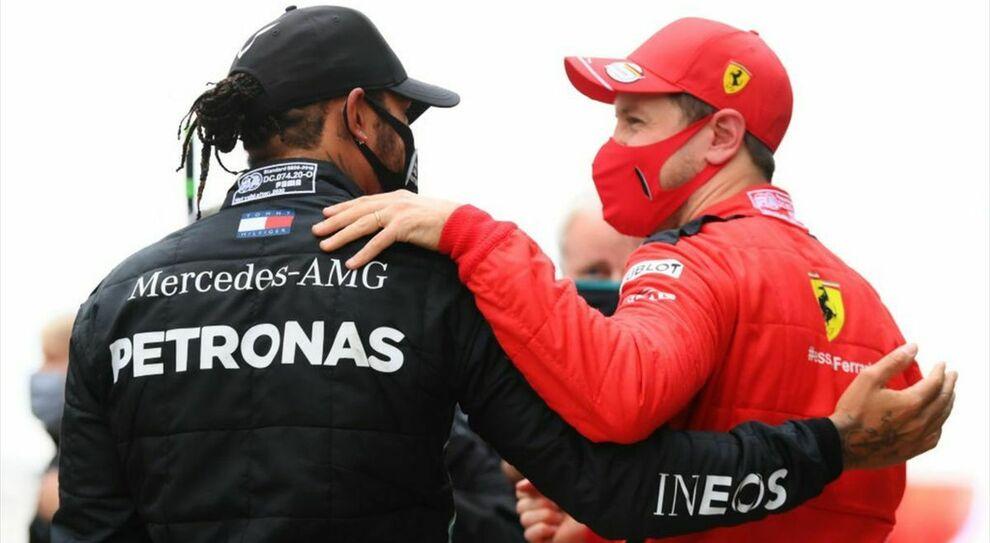 Sebastian Vettel si congratula con Lewis Hamilton che ha appena vinto il suo settimo mondiale di F1