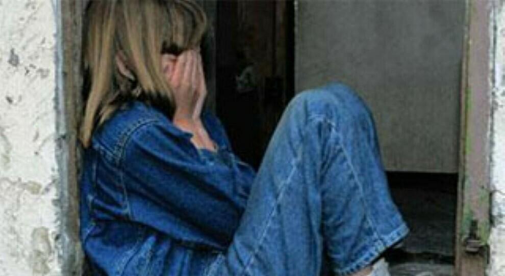 Vende la figlia tredicenne per 100 euro: madre e commerciante condannati