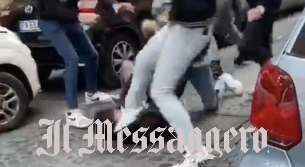 Roma, rissa-choc a Trastevere: calci e pugni tra giovanissimi (senza mascherine)