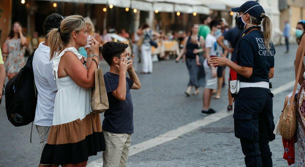 Covid Lazio, mai tanti positivi: «Mascherine all aperto»