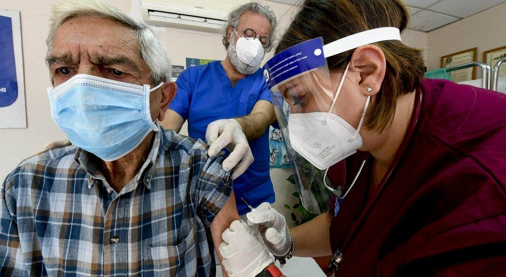Vaccini, flop Lombabrdia: ora li paga più del triplo
