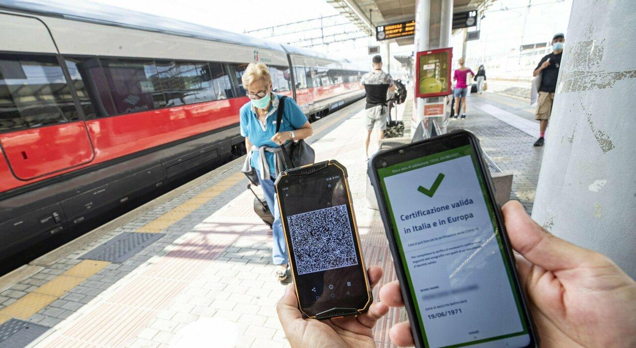 Green pass, da oggi obbligatorio su treni a aerei: controlli solo a bordo
