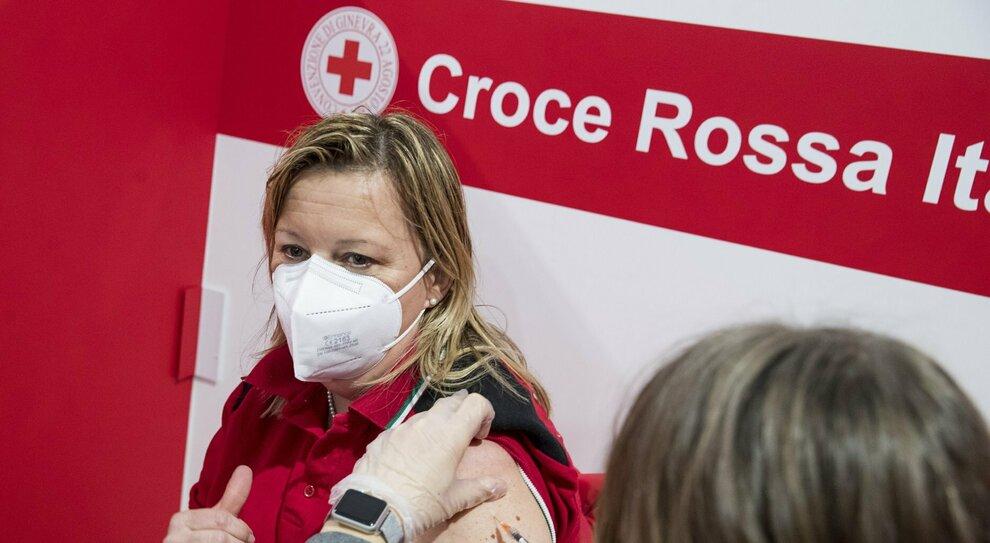 Vaccino Lazio, somministrazioni anche nelle cliniche private: il piano della Regione per accelerare con le iniezioni