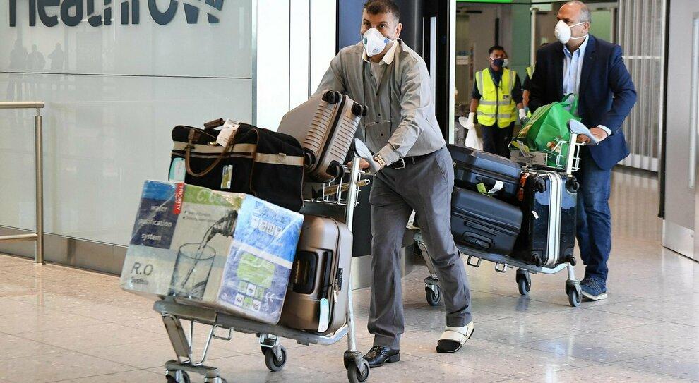 Virus, arrivi dall'estero: confermato il divieto d'ingresso a 16 Paesi. Bulgari e romeni, drive-in a Roma
