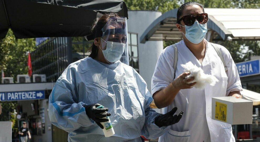 Virus, quasi 400 nuovi contagi. Allarme degli scienziati: «Una crescita che preoccupa»