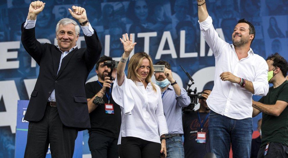 Centrodestra in piazza, Tajani: «Berlusconi si candiderà alle politiche. No al governissimo, noi non tradiamo»