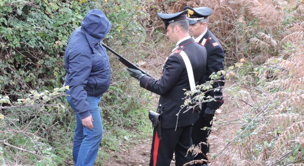 Carabinieri sul luogo di un tragico incidente di caccia