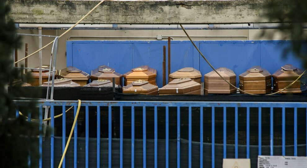 Roma, cremazioni in tilt: l oltraggio delle bare in fila nel deposito di Prima Porta: «Ormai sono 1.100»
