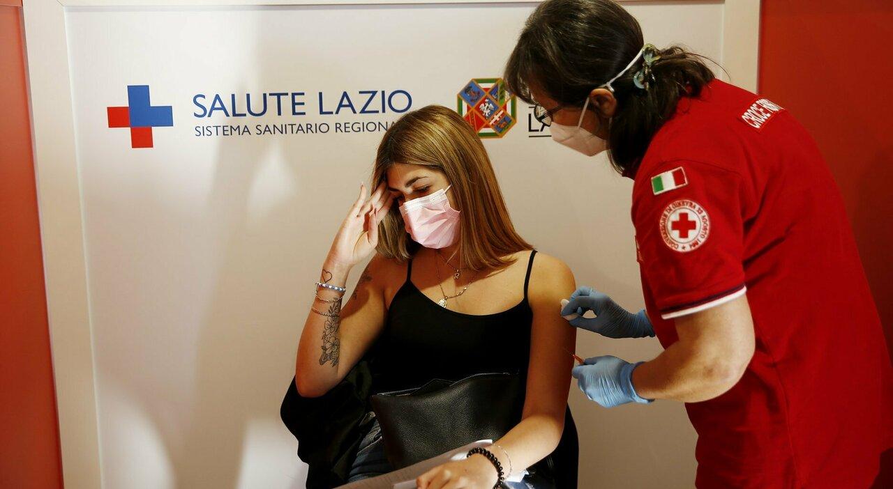 Covid nel Lazio, senza dose 1 ragazzo su 2: Asl a scuola con i camper