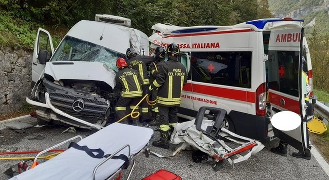 Incidente tra ambulanza e furgone: 3 feriti, due sono gravi