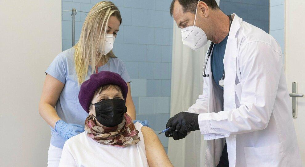 Astrazeneca, Pfizer (e gli altri), ecco cosa fare in caso di reazioni avverse dopo il vaccino