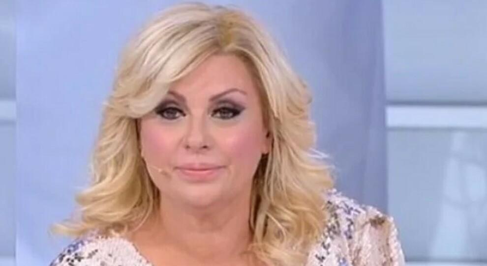 Tina Cipollari derubata in un bar a Roma, la polizia le ritrova la borsa