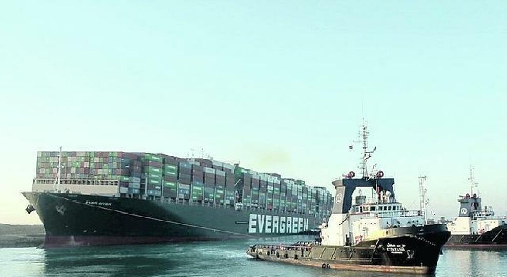 Suez, l'equipaggio sotto accusa rischia anche l'arresto: «Manovre errate»