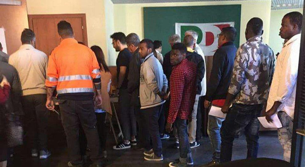 Un gruppo di immigrati africani e richiedenti asilo, ospiti al Centro di Accoglienza di Ercolano, in coda per votare alle primarie