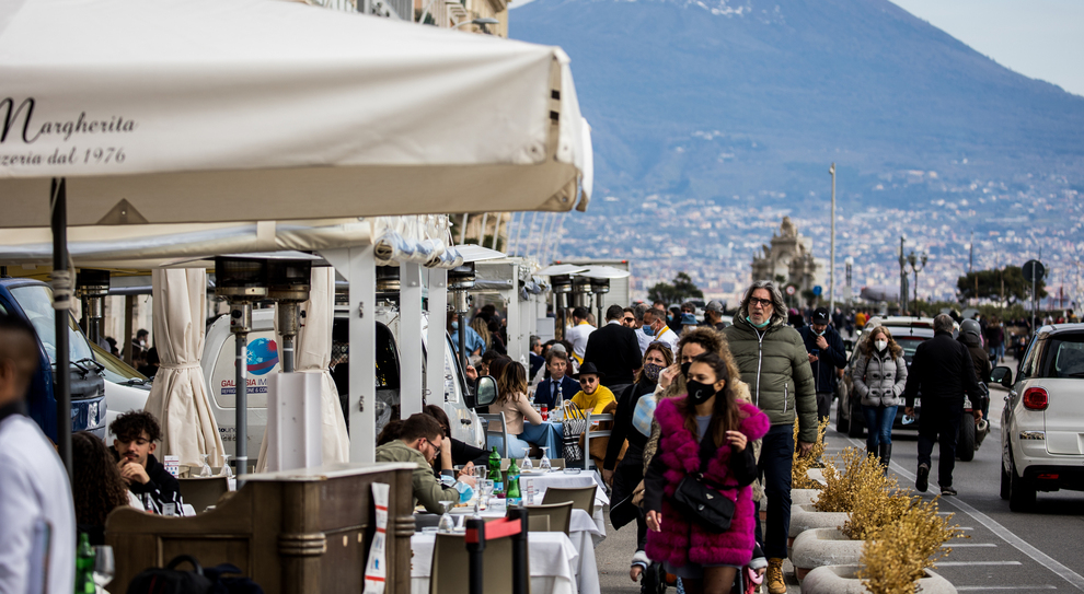 Campania zona arancione, De Luca: «Inevitabile, vaccini in forte ritardo». I ristoratori: «Un mazzata»